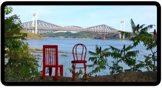 Chaises rouges et ponts de Québec